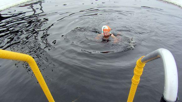 Nainen ui avannossa.