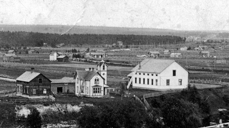 Kannuksessa Lestijoen pohjoispuolella sijaitsi vuonna 1900 valmistunut Oskari Tokoin tornitalo ja vieressä palokunnan talo, jotka molemmat paloivat vuonna 1925.