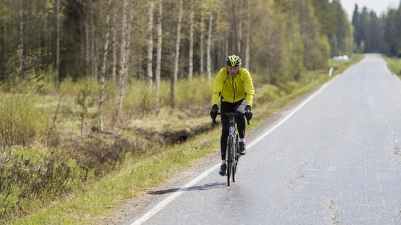 Heikki Mäkelä pyöräilee.