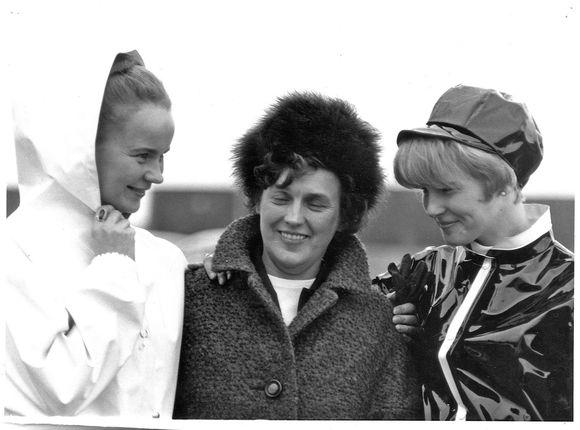 Kuvassa Rukka-sadetakkien suunnittelija Gunborg Lehmus kahden sadeasuja esittelevän mallin kanssa