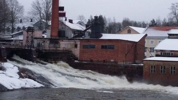 Vettä täynnä oleva Mustionjoki kuohuaa Billnäsin padolla.
