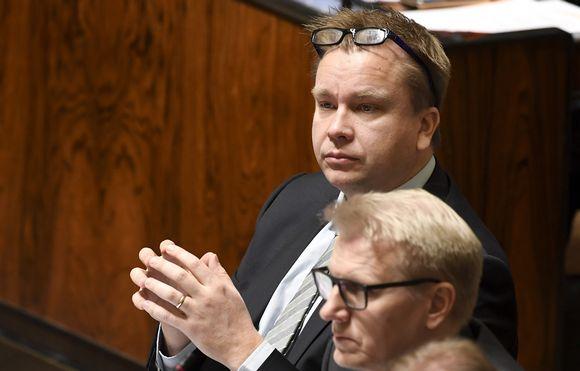 Kansanedustajat Antti Kaikkonen (vas.) ja Kimmo Tiilikainen vuoden viimeisessä täysistunnossa eduskunnassa Helsingissä 20. joulukuuta 2017.
