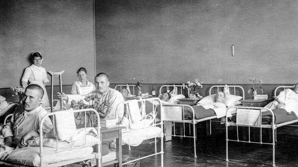Sisällissodassa haavoittuneita makaa Punaisen ristin sairaalassa.