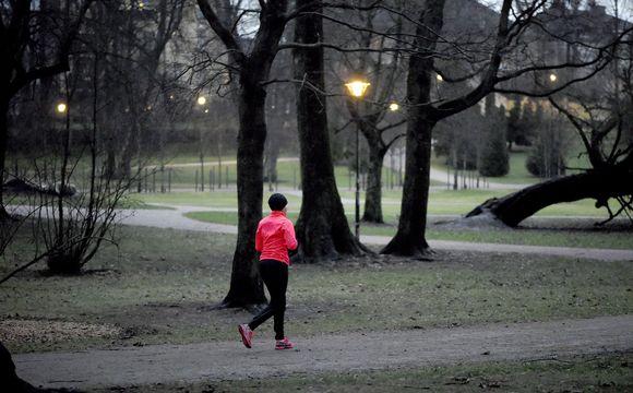 Lenkkeilijä Helsingin Kaivopuistossa.