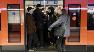 Matkustajat ahtautuvat sisään täpötäyteen metroon Lauttasaaren metroasemalla.