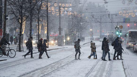 Ihmisiä lumipyryssä.