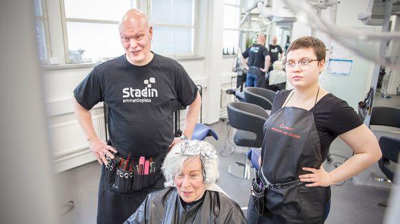 Antonia Korhonen ja Taneli Ylinen arvioivat oppilastyötä.