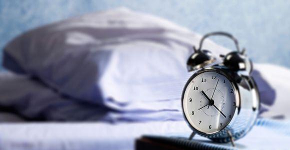 Herätyskello sängyn vieressä.