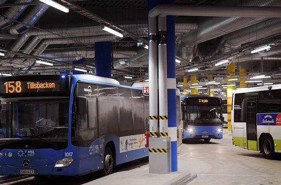 Busseja Matinkylän bussiterminaalissa Espoossa.