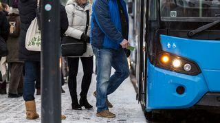Ihmisiä nousee bussiin.