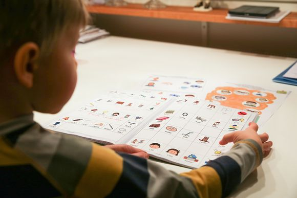Lapsi tekee puheterapiavihkon tehtäviä.