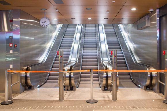 Tyhjä Siilitien metroaema Helsingissä.
