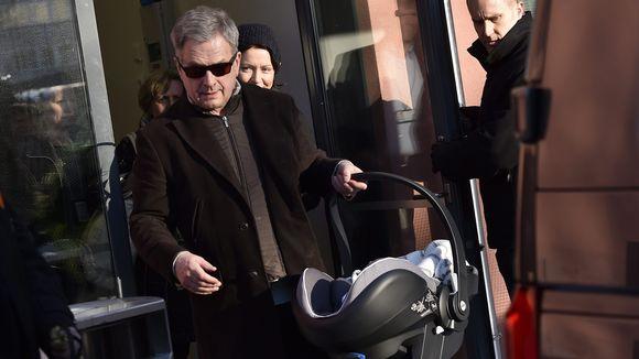 Presidentti Sauli Niinistö ja puoliso Jenni Haukio (Niinistön takana) poistuvat vastasyntyneen poikavauvansa kanssa Naistenklinikalta Helsingissä maanantaina 5. helmikuuta.