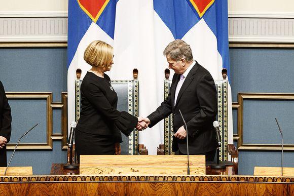 Tasavallan presidentti Sauli Niinistö ja eduskunnan puhemies Paula Risikko kättelevät.