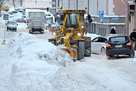 Lumitöitä Helsingin Punavuoressa.