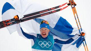 Iivo Niskanen tuulettaa Suomen lipulla ja suksilla
