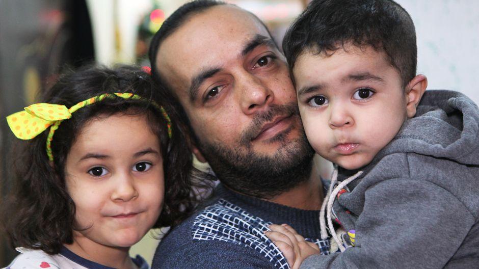 Haidar Alsaedi lapsiensa Mariamin ja Josefin kanssa.