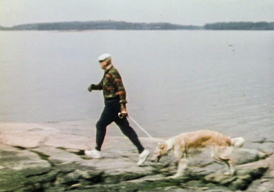 Urho Kekkonen lenkkeilemässä koiransa kanssa.