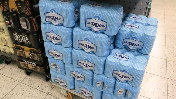 Lonkero-pakkauksia pinossa ruokakaupassa.
