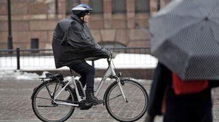 Polkupyöräilijä vesisateessa Helsingissä 13. maaliskuuta.