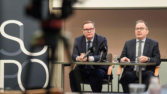 Suojelupoliisin päällikkö Antti Pelttari ja apulaispäällikkö Seppo Ruotsalainen Supon tiedotustilaisuudessa.
