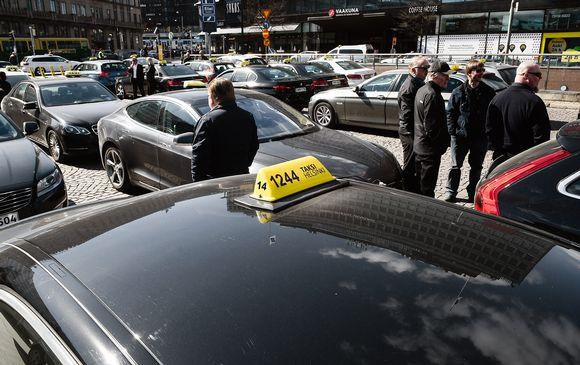 Takseja ja taksikuskeja rautatieaseman edustalla Helsingissä.