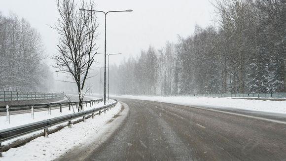 Tyhjä Turunväylä lumisateessa.