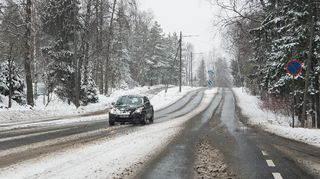 Autoo ajaa lumisateessa