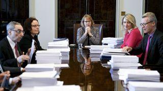 Vasemmalta, kansanedustajat Ben Zyscowicz (kok.), Mia Laiho (kok.), valiokunnan puheenjohtaja Annika Lapintie (vas.), Maria Guzenina (SDP) ja Ilkka Kantola (SDP) valiokunnan kokouksen alussa eduskunnassa.