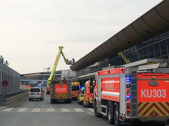 Hälytysajoneuvoja Helsinki-Vantaan lentoaseman T2-terminaalin edustalla.