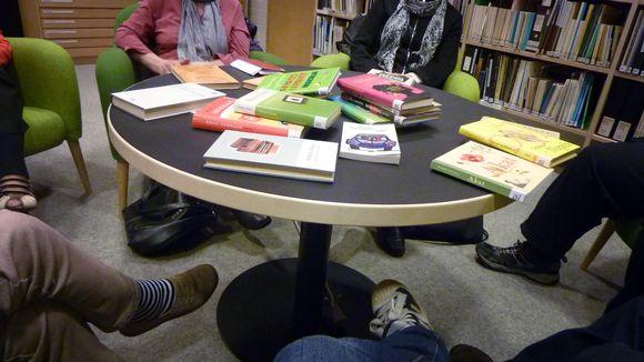 Kirjallisuuspiiri koolla pöydän ääressä.