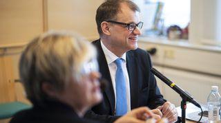 Juha Sipilä ennen Yle Radio Suomen pääministerin haastattelutunnin lähetyksen alkua.
