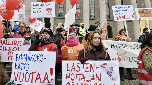Varhaiskasvatusta koskevaa lakiesitystä vastustava mielenosoitus eduskuntatalon edustalla Helsingissä.