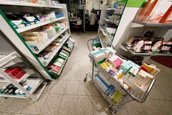 Lääkkeitä apteekissa.