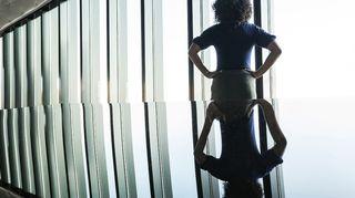Nainen Katsoo toimiston ikkunasta ulos
