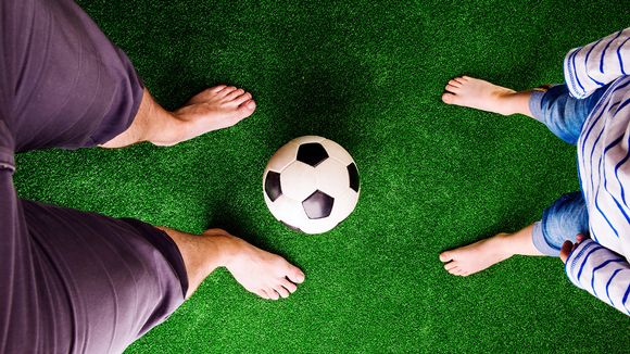 isä ja lapsi ja jalkapallo