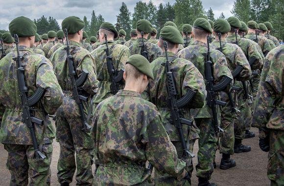 Armeijan uusien valmiusyksiköiden koulutukseen osallistuvia varusmiehiä.