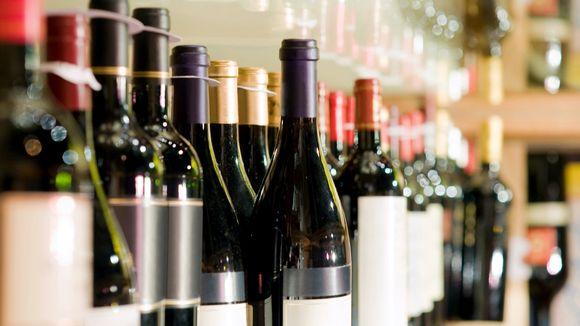 viinipulloja baarissa