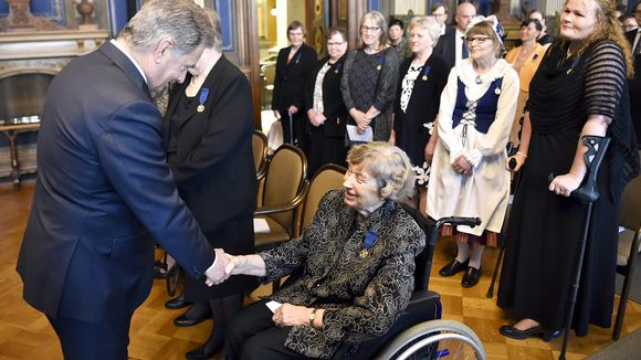 Sauli Niinistö (vas.) tervehtii Aila Fageria valtakunnallisessa äitienpäiväjuhlassa Helsingissä