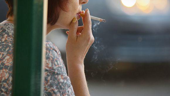 Nainen tupakoi.