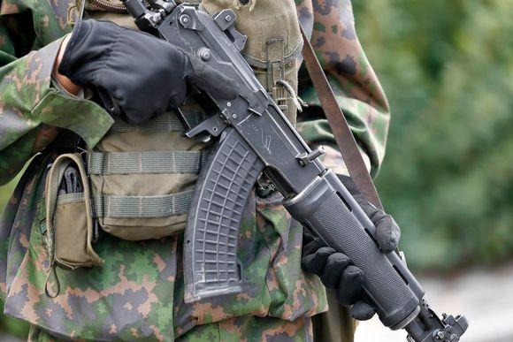 Sotilas ja rynnäkkökivääri.