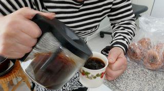 seniori kaataa kahvia