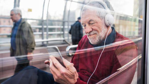 mies kuuntelee kuulokkeilla musiikkia