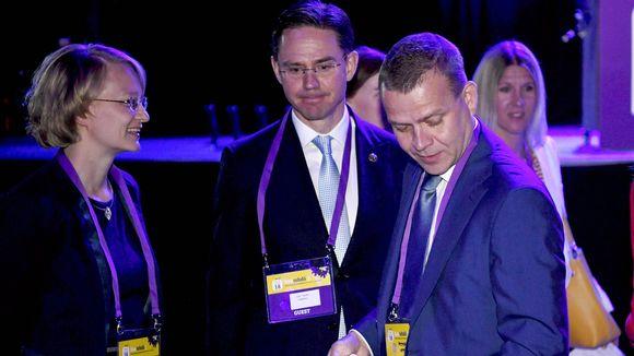 Kokoomuksen entinen puheenjohtaja, Euroopan komission varapuheenjohtaja Jyrki Katainen (kesk.) ja vaimo Mervi Katainen sekä kokoomuksen nykyinen puheenjohtaja, valtiovarainministeri Petteri Orpo (oik.) kokoomuksen puoluekokouksessa Turussa lauantaina 9. kesäkuuta 2018.