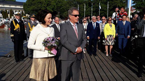 Presidenttipari saapuu Kultarantaan.