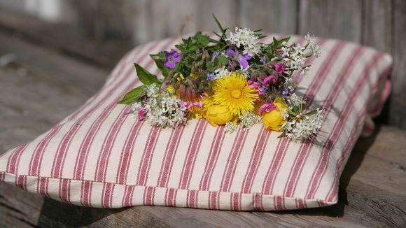 7 kukkalajia tyynyn päällä.