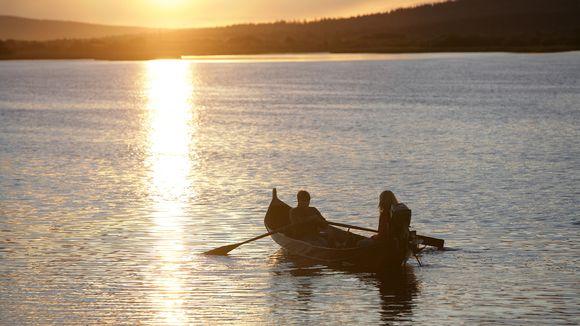 Soutuvene järvellä kesäyönä.