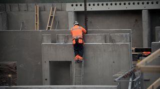 Mies työskentelee rakennustyömaalla.