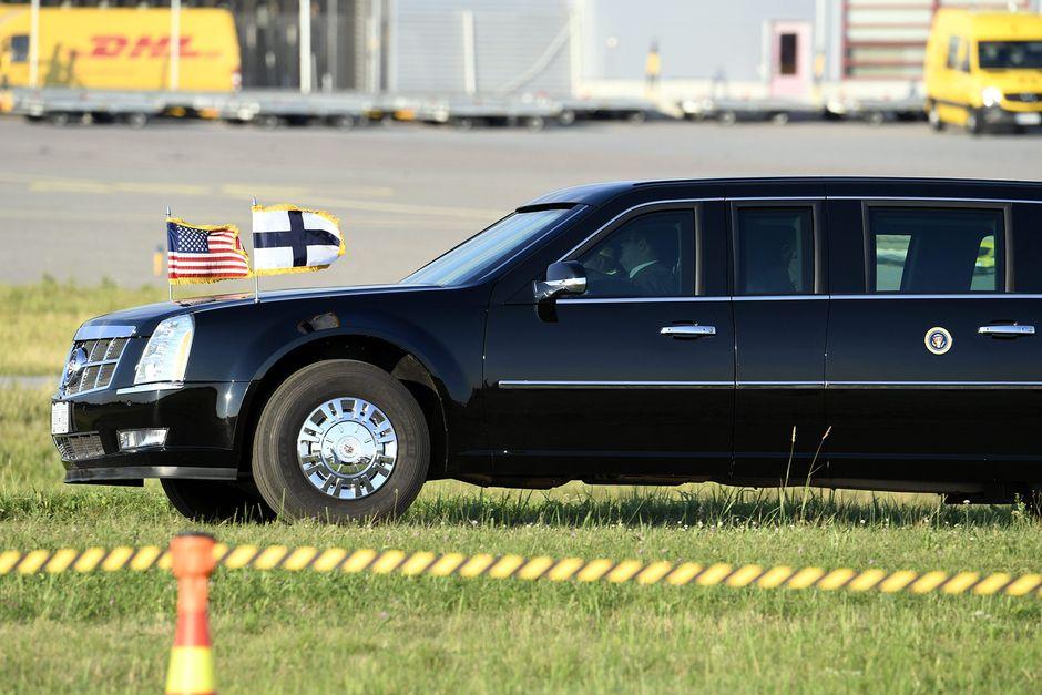 Yhdysvaltain presidentin Cadillac odottaa lentokentällä.