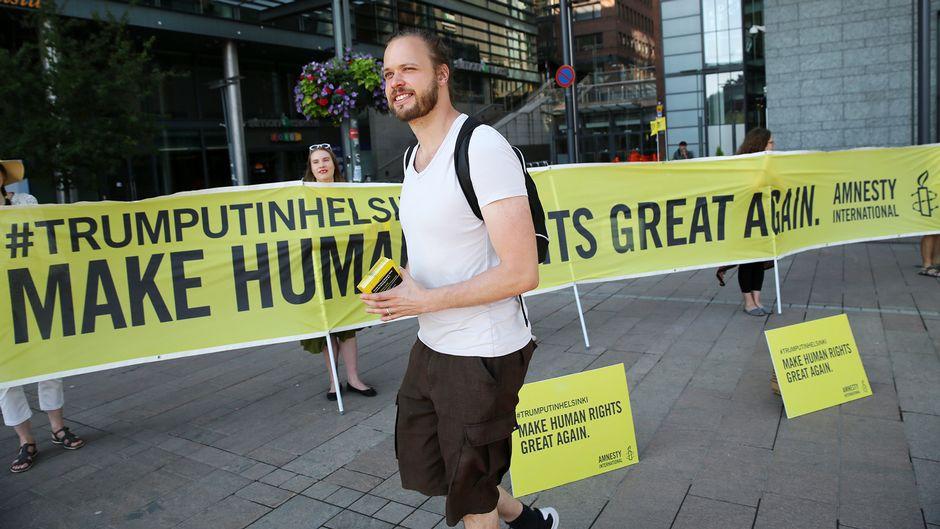 Amnestyn mielenosoitus Narinkkatorilla Helsingissä.